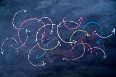 flechas curvas: flechas curvas de colores dibujado con tiza en la pizarra