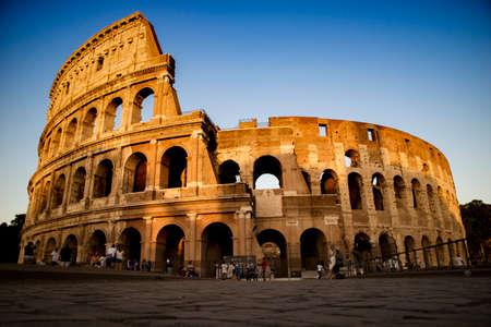 Keurt enig monument van het Colosseum hem in Italië in de stad Rome