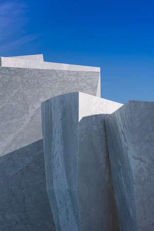 Exposition d'une série de blocs de marbre de Carrare