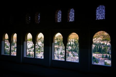 Vanaf het Alhambra kijken door de Arabische vensters heb je een fantastisch uitzicht over de stad Granada Stockfoto