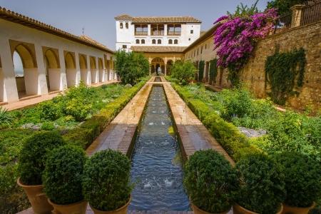 marbled effect: Si bien las fuentes y corrientes de agua son una caracter�stica com�n en torno a la Alhambra, son particularmente frecuentes en el Palacio de Generalife.