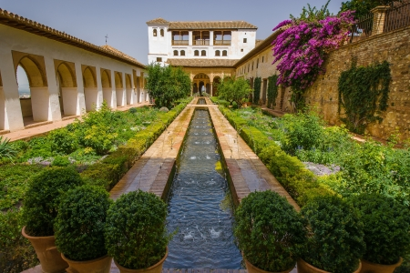 palacio: Whilst fountains and flowing water are a common feature around the Alhambra, they are particularly prevalent in the Palacio de Generalife. Editorial