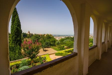 여름 궁전에서 Generalife의 알람 브라에보기 에디토리얼