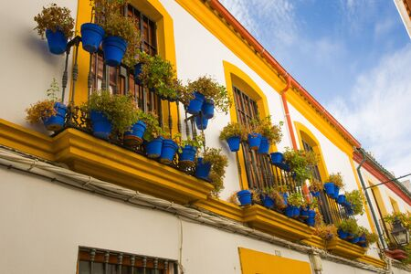 Om de warmte binnen te houden uit het dorp de Spanjaarden bouwden er huizen strak samen met smalle straatjes en verf thema White.