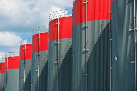 Horizontale Foto van petrochemische opslagtanks Redactioneel