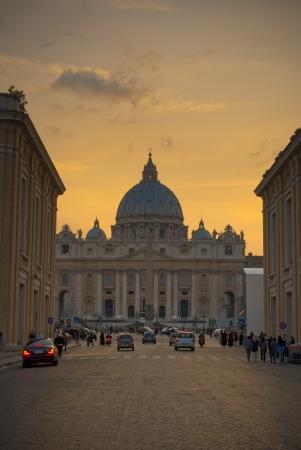 Saint Peter Basiliek in het Vaticaan 's avonds.