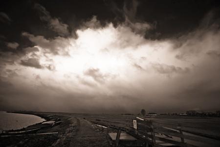 전형적인 네덜란드 풍경 위에 전형적인 네덜란드 날씨 스톡 콘텐츠