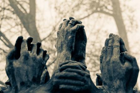 전쟁 기념관의 세부 사항을 기억하십시오. 우리 뒤에 놓여있는 것에 대한 믿음, 희망, 불신의 표현