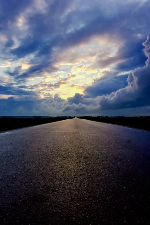 Asphalt road and the sky with dark clouds 免版税图像 - 20932072
