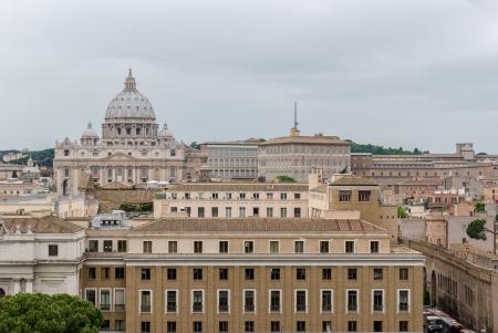 21914536 , バック グラウンドでバチカンのサン ・ ピエトロ大聖堂のドームを持つローマの建物