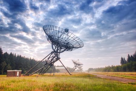 Radiotelescopen bij mistige zonsondergang in Westerbork, Nederland