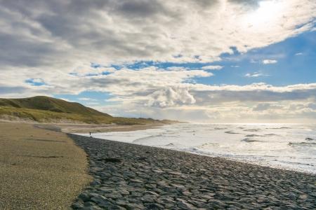waterleiding: Zee golven storten zich op de rotsen van het waterleidingbedrijf van Nederland