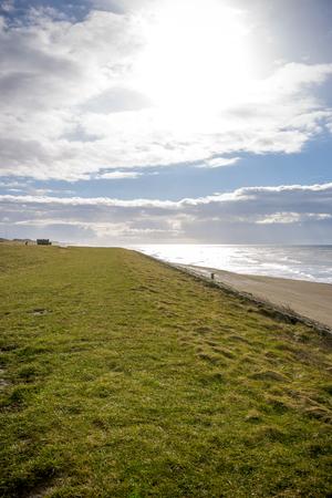 Nederlandse zee dijk van stenen in Noord-Holland