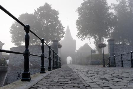 Toegang via de poort naar het vestingstadje, Elburg, Gelderland, Nederland op mistige ochtend