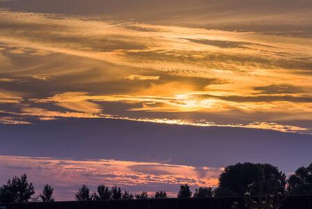 tortillera: la puesta del sol a lo largo de viejo dique en Holanda cerca de Kampen
