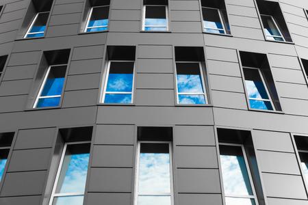 흐린 하늘과 현대적인 건물에 유리 실루엣.