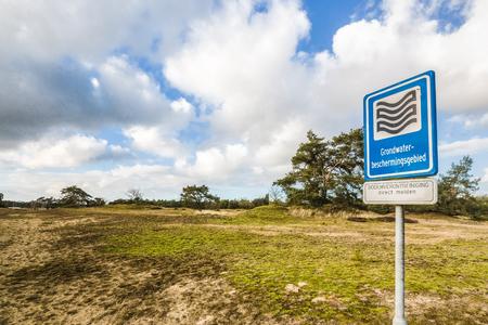 네덜란드의 보호 자연 지역에 지하수 정화 지역을위한 디스플레이 보드.