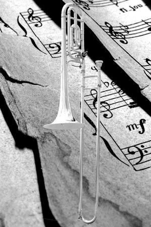 trombon: tromb�n cl�sico con notas en estilo retro. Foto de archivo