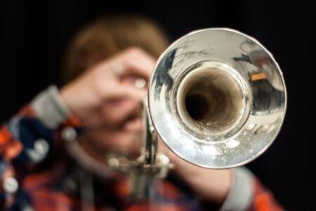 Close-up en de details van het spelen van muzikanten, instrumenten in een marcheren, showband of muziekband Stockfoto