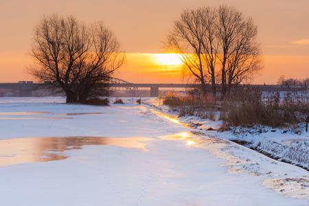 Deze foto is genomen in de bestemming van Kampen in de provincie Overijsel in het land van Nederland. Het was een koude winter ochtend als de zon de laatste dag van de winter gekleurd. Stockfoto