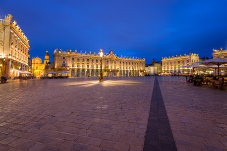 Located in the center of Nancy. The square is part of Unesco World Heritage and was developed in the eighteenth century. It has monument to golden gates and exceptional beautiful buildings such as the city hall 'Hôtel de Ville', the Museum of Fine Arts, t Stock fotó - 85112248
