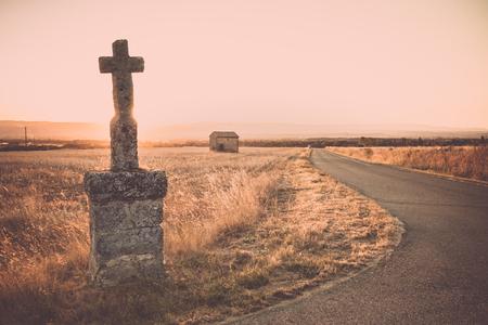田舎のどこにこれらの記念碑がございます。太陽はバックライト、rimlight、フランスのローヌ渓谷の素晴らしい景色を与えてください。