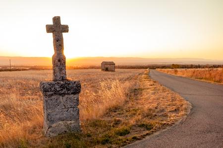 田舎のどこにこれらの記念碑がございます。太陽はバックライト、rimlight および rh の素敵なビューを与えて? フランスの ne 渓谷 写真素材