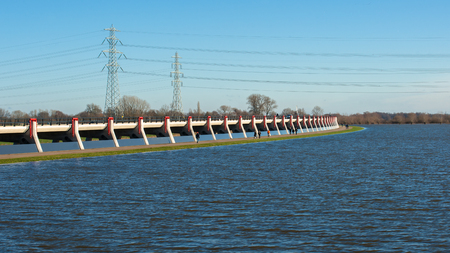 Om overstromingen elders op ongewenste locaties te voorkomen, is het lokale gebied van de dijk gereduceerde of concrete waterkeringen, delta-werken gebouwd om het overstromende water te beheersen.
