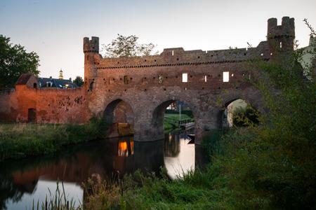 Nachtfotografie der alten hanseatischen Stadt Zutphen am Fluss 'IJssel'. Monumentales mittelalterliches Zentrum mit stimmungsvollen Straßen und wunderschöner Architektur.