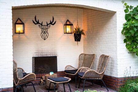 salon extérieur situé dans un jardin verdoyant dans l'alcôve d'un bâtiment peint en blanc Banque d'images
