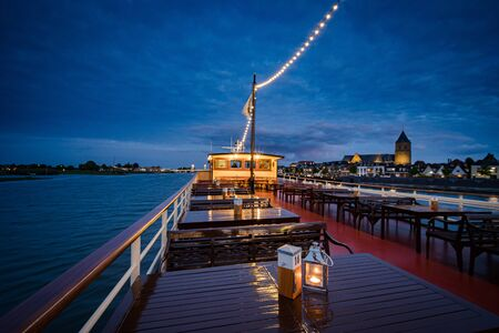 Nightly cruise along historic skyline and bridge of the medieval city of Kampen in Overijssel, Netherlands Stockfoto