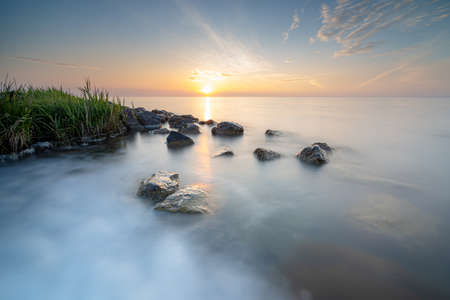 Sunrise at the former island 'Marken', old small fishing village on the coast of the IJsselmeer in The Netherlands 免版税图像