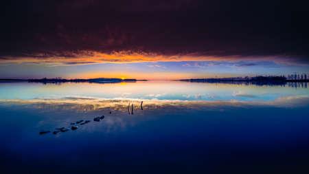 Dawn at river landscape in the Dutch IJssel Delta 免版税图像