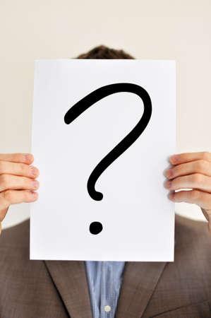 Mann mit Plakat und Fragezeichen