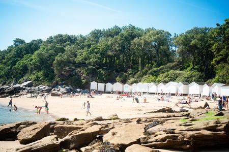 Ver en la playa de l 'Anse Rouge en verano con mucha gente en ella