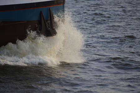 wasser: Kleines Frachtschiff kaempft sich durchs Wasser Stock Photo