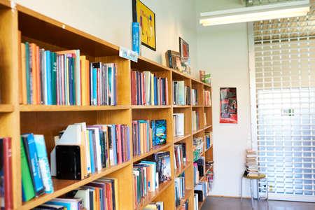 a colorful bookshelf at a school library Zdjęcie Seryjne