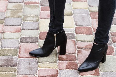 Meisje in modieuze schoenen benen