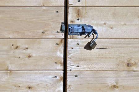 receptivo: Mentalidad abierta con un bloqueo de la puerta de madera  Foto de archivo
