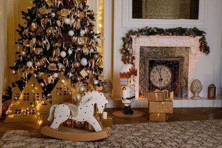 Intérieur de Noël d'ambiance avec beaucoup de belles lumières Banque d'images