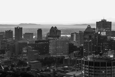 Black and white Montreal summer skyline view at dawn seen from the Mount royal. Canada. Imagens