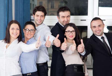 team working: Una squadra di affari di quattro piano di lavoro in ufficio