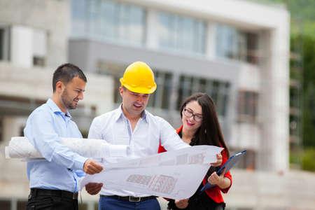 Equipo de arquitectos que trabajan en planes de construcción