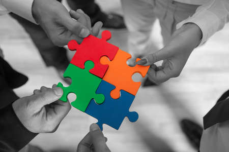 apoyo familiar: Grupo de empresarios montaje rompecabezas y representan el apoyo del equipo y concepto de la ayuda en el cargo. Foto de archivo