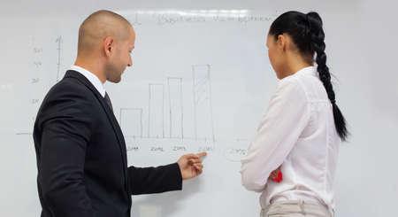reporte: la gente de negocios tienen plan para la econom�a en la oficina.