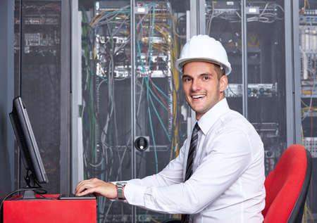 Jeune woking homme dans une chambre moderne du serveur de centre de données