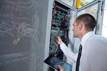 Homme d'affaires main en utilisant un ordinateur tablette dans la salle des serveurs modernes Banque d'images - 43663040