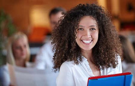 empleados trabajando: socios de negocios en discusiones sobre documentos e ideas en la reuni�n en la oficina