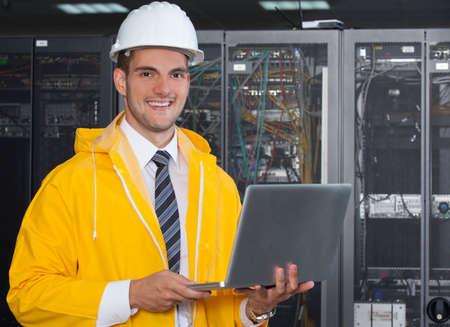 red informatica: de ingeniero empresario con fina aluminio moderna port�til en la sala de servidor de red