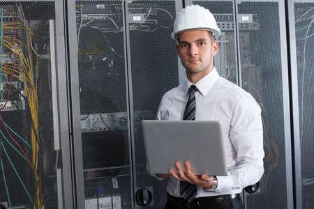 centro de computo: de ingeniero empresario con fina aluminio moderna port�til en la sala de servidor de red